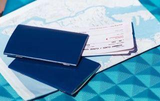 Dos pasaportes sobre un mapa
