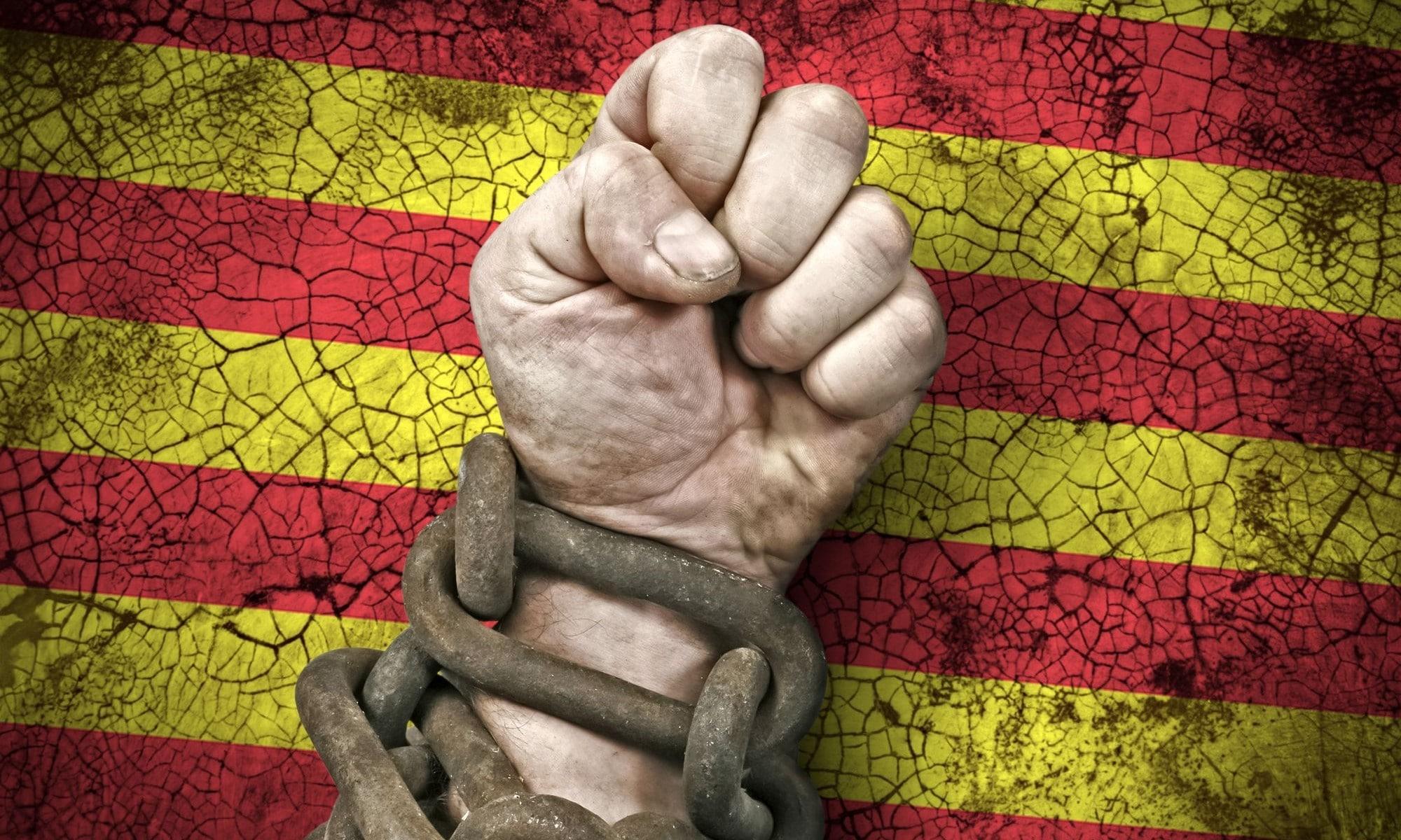 Puño encadenado sobre la bandera de Cataluña