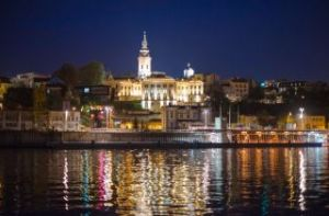 Paisaje urbano nocturno desde los ríos Sava y Danubio, Belgrado, Serbia