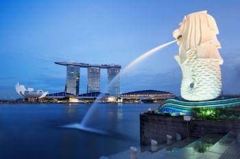 Bahía y estatua de Merlion durante la noche, Singapur