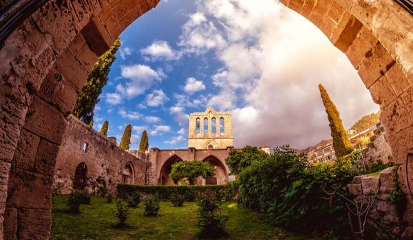 Bellapais Abbey, vista frontal. Kyrenia, Chipre