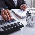 Manténgase financieramente al día a una escala global